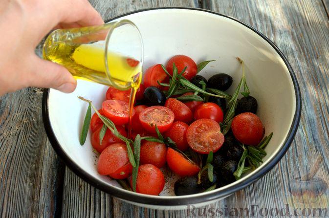 Фото приготовления рецепта: Фокачча с помидорами черри, розмарином и маслинами - шаг №7