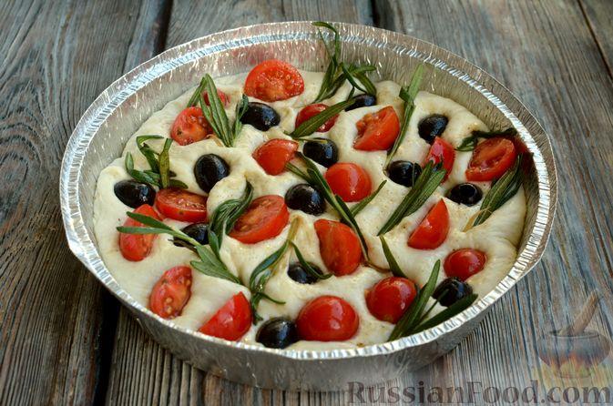 Фото приготовления рецепта: Фокачча с помидорами черри, розмарином и маслинами - шаг №10