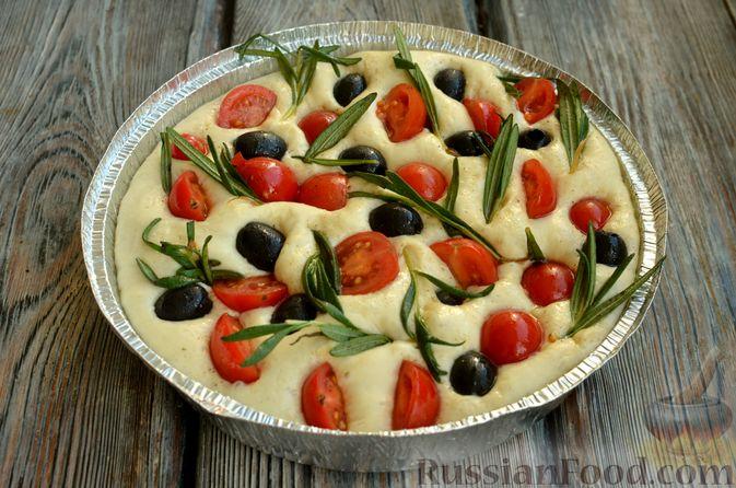 Фото приготовления рецепта: Фокачча с помидорами черри, розмарином и маслинами - шаг №11