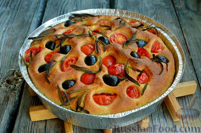 Фото приготовления рецепта: Фокачча с помидорами черри, розмарином и маслинами - шаг №12