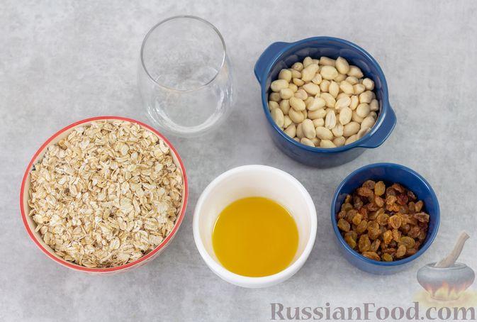 Фото приготовления рецепта: Гранола с орехами, изюмом и мёдом (на сковороде) - шаг №1