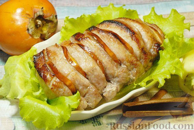 Фото к рецепту: Свинина, запечённая с хурмой и болгарским перцем в пряной масляно-медовой глазури