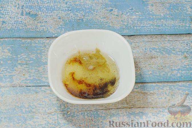 Фото приготовления рецепта: Свинина, запечённая с хурмой и болгарским перцем в пряной масляно-медовой глазури - шаг №2