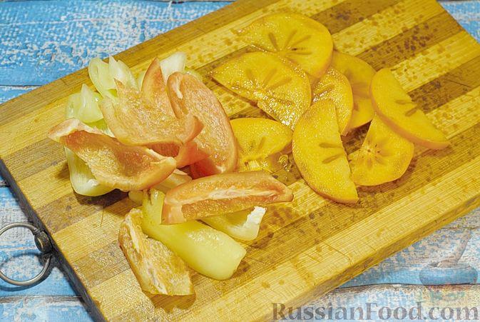 Фото приготовления рецепта: Свинина, запечённая с хурмой и болгарским перцем в пряной масляно-медовой глазури - шаг №4
