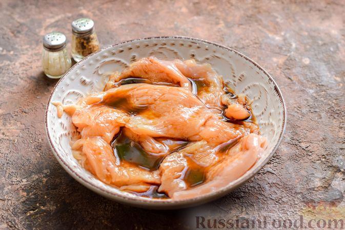 Фото приготовления рецепта: Куриные рулетики с ветчиной и сладким перцем, запечённые со сливками и сыром - шаг №3