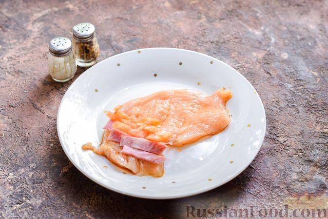 Фото приготовления рецепта: Куриные рулетики с ветчиной и сладким перцем, запечённые со сливками и сыром - шаг №5