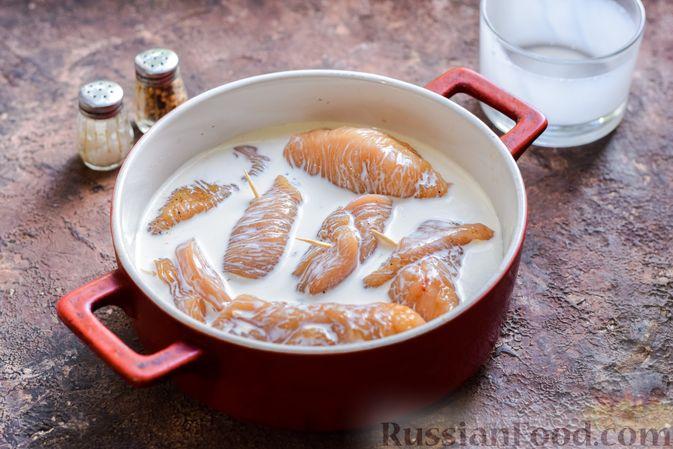 Фото приготовления рецепта: Куриные рулетики с ветчиной и сладким перцем, запечённые со сливками и сыром - шаг №8