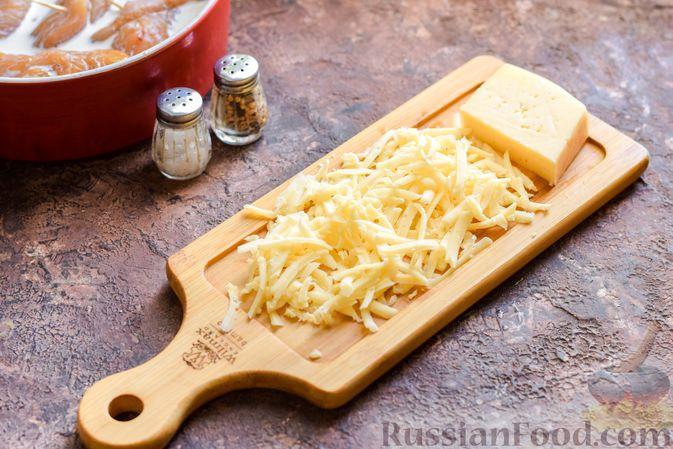 Фото приготовления рецепта: Куриные рулетики с ветчиной и сладким перцем, запечённые со сливками и сыром - шаг №9