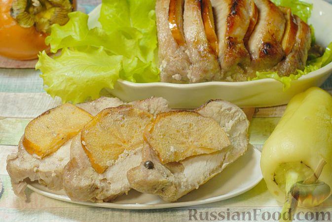 Фото приготовления рецепта: Свинина, запечённая с хурмой и болгарским перцем в пряной масляно-медовой глазури - шаг №11