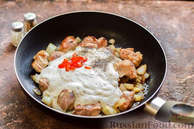 Фото приготовления рецепта: Пикантная свинина, тушенная со сметаной и фисташками - шаг №8