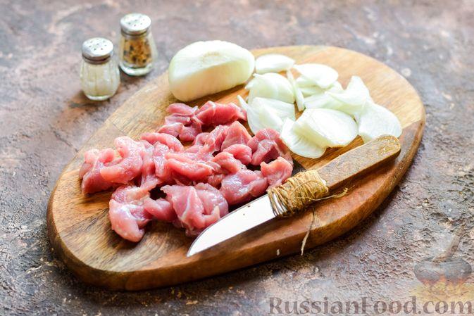Фото приготовления рецепта: Фунчоза со свининой и редькой - шаг №2