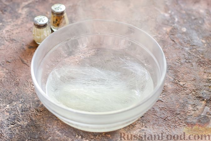 Фото приготовления рецепта: Фунчоза со свининой и редькой и сладким перцем - шаг №7