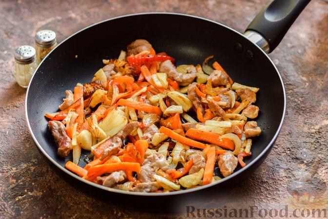 Фото приготовления рецепта: Фунчоза со свининой и редькой - шаг №5