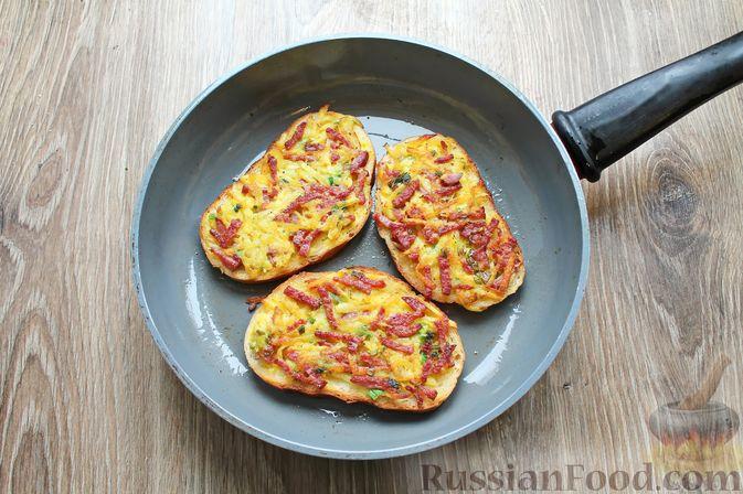 Фото приготовления рецепта: Горячие бутерброды с колбасой и картофелем (на сковороде) - шаг №9