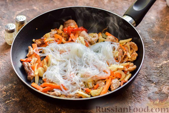 Фото приготовления рецепта: Фунчоза со свининой и редькой и сладким перцем - шаг №8