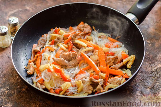 Фото приготовления рецепта: Фунчоза со свининой и редькой и сладким перцем - шаг №9