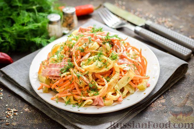 Фото к рецепту: Салат с ветчиной, морковью по-корейски, маринованными огурцами и яичными блинчиками