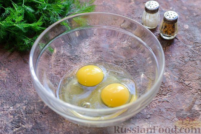 Фото приготовления рецепта: Салат с ветчиной, морковью по-корейски, маринованными огурцами и яичными блинчиками - шаг №2