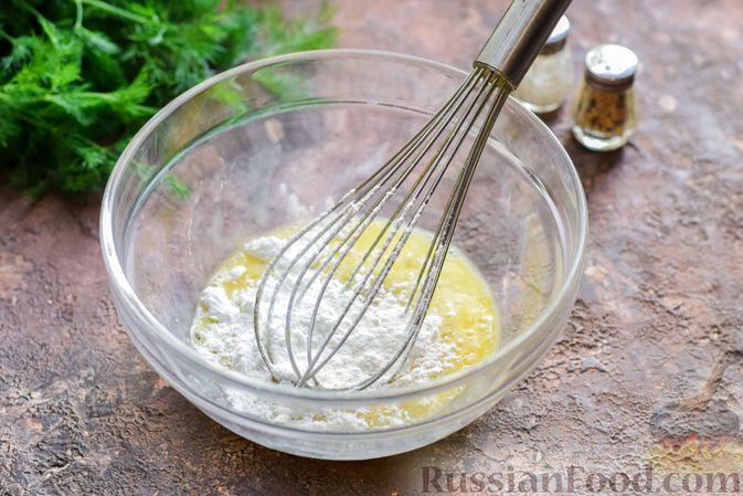 Фото приготовления рецепта: Салат с ветчиной, морковью по-корейски, маринованными огурцами и яичными блинчиками - шаг №3