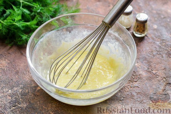 Фото приготовления рецепта: Салат с ветчиной, морковью по-корейски, маринованными огурцами и яичными блинчиками - шаг №4