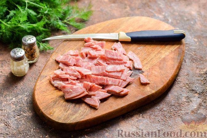 Фото приготовления рецепта: Салат с ветчиной, морковью по-корейски, маринованными огурцами и яичными блинчиками - шаг №7
