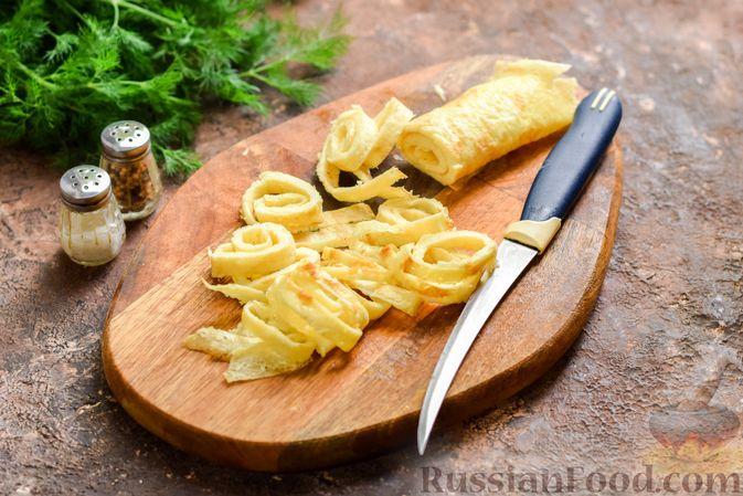Фото приготовления рецепта: Салат с ветчиной, морковью по-корейски, маринованными огурцами и яичными блинчиками - шаг №6