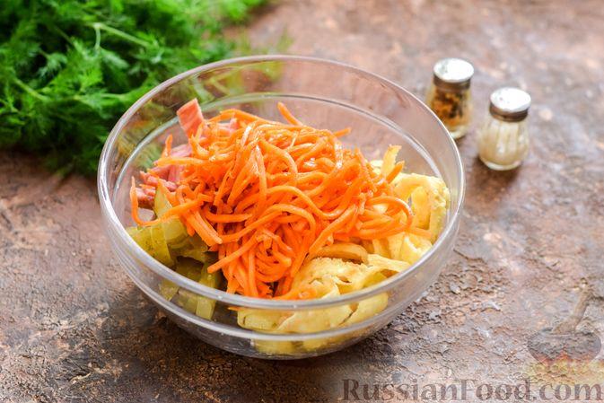 Фото приготовления рецепта: Салат с ветчиной, морковью по-корейски, маринованными огурцами и яичными блинчиками - шаг №10