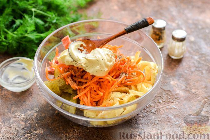 Фото приготовления рецепта: Салат с ветчиной, морковью по-корейски, маринованными огурцами и яичными блинчиками - шаг №11