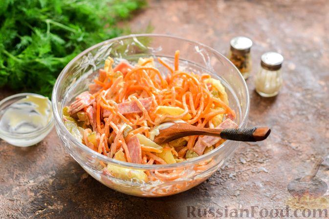 Фото приготовления рецепта: Салат с ветчиной, морковью по-корейски, маринованными огурцами и яичными блинчиками - шаг №12
