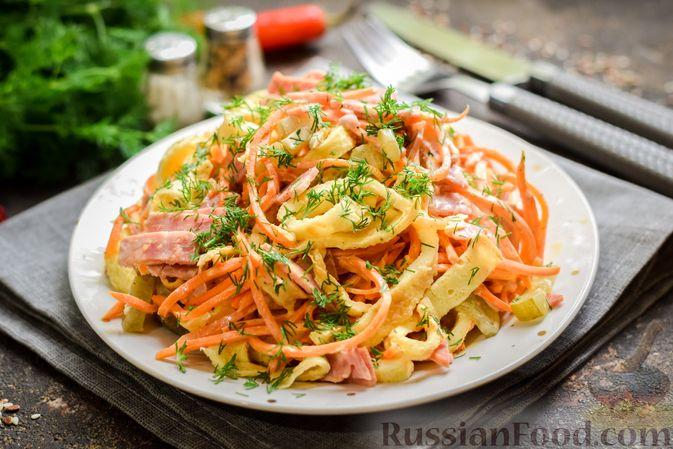 Фото приготовления рецепта: Салат с ветчиной, морковью по-корейски, маринованными огурцами и яичными блинчиками - шаг №13