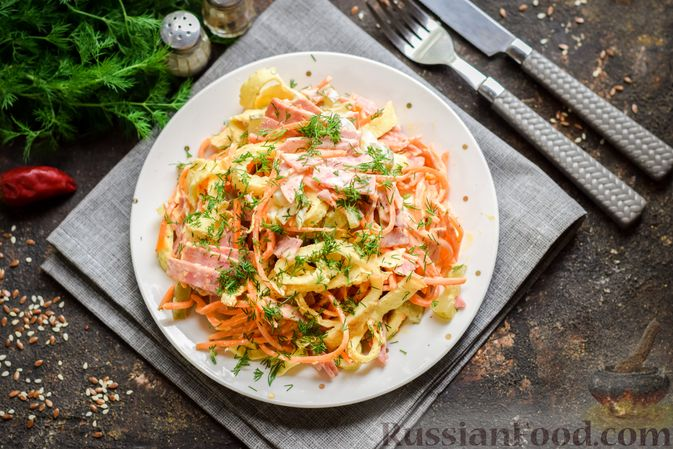 Фото приготовления рецепта: Салат с ветчиной, морковью по-корейски, маринованными огурцами и яичными блинчиками - шаг №14