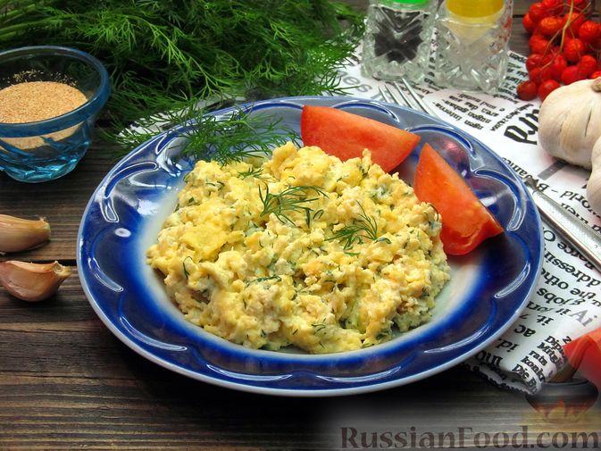 Фото к рецепту: Яичница-болтунья со сливочным сыром, укропом и чесноком