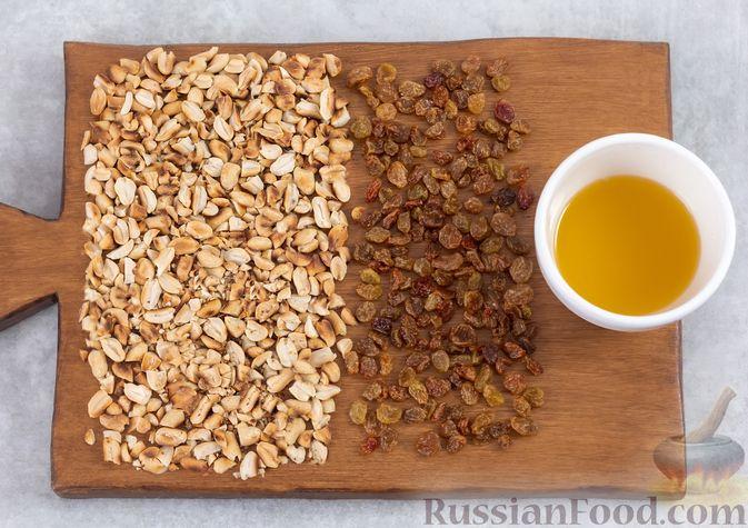 Фото приготовления рецепта: Гранола с орехами, изюмом и мёдом (на сковороде) - шаг №3