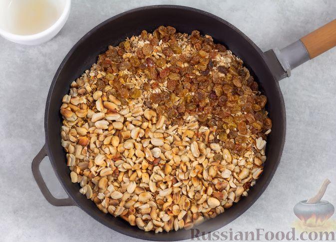 Фото приготовления рецепта: Гранола с орехами, изюмом и мёдом (на сковороде) - шаг №5