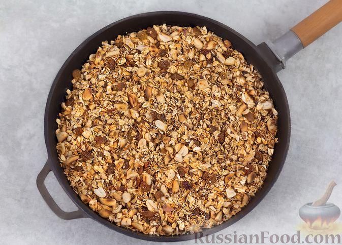 Фото приготовления рецепта: Гранола с орехами, изюмом и мёдом (на сковороде) - шаг №6