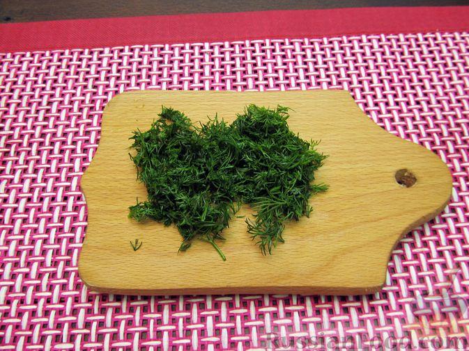 Фото приготовления рецепта: Яичница-болтунья со сливочным сыром, укропом и чесноком - шаг №2