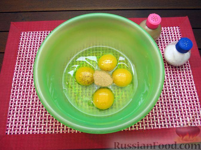 Фото приготовления рецепта: Яичница-болтунья со сливочным сыром, укропом и чесноком - шаг №3