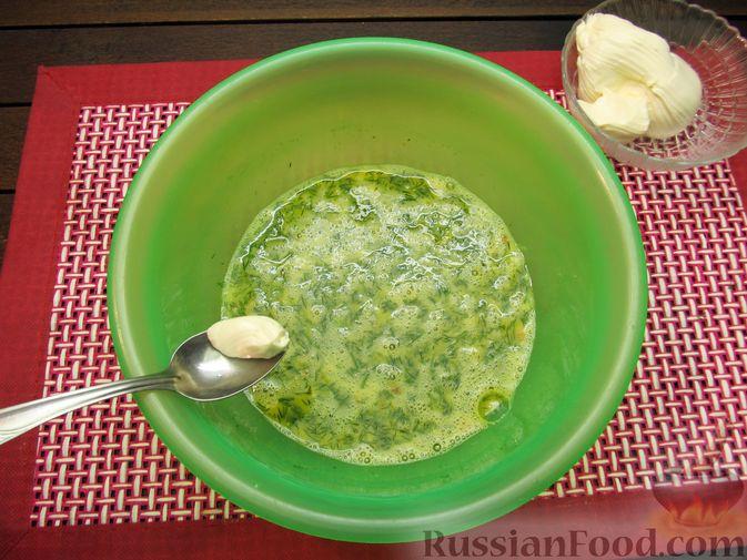 Фото приготовления рецепта: Яичница-болтунья со сливочным сыром, укропом и чесноком - шаг №6