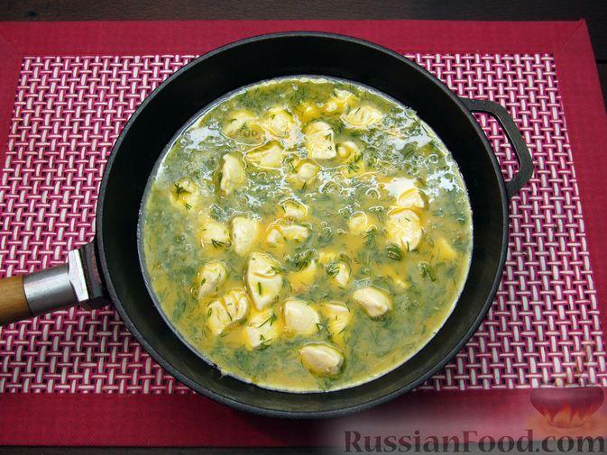 Фото приготовления рецепта: Яичница-болтунья со сливочным сыром, укропом и чесноком - шаг №9