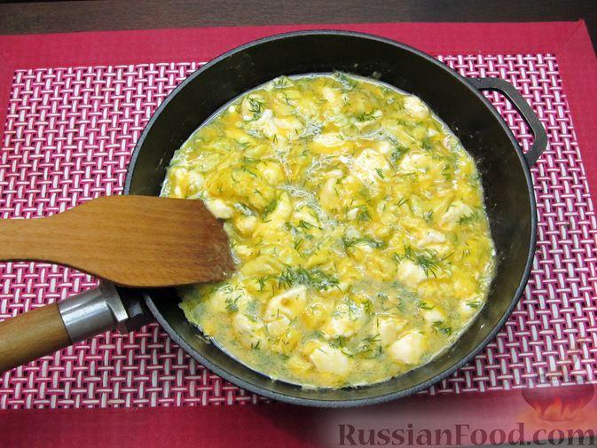 Фото приготовления рецепта: Яичница-болтунья со сливочным сыром, укропом и чесноком - шаг №10