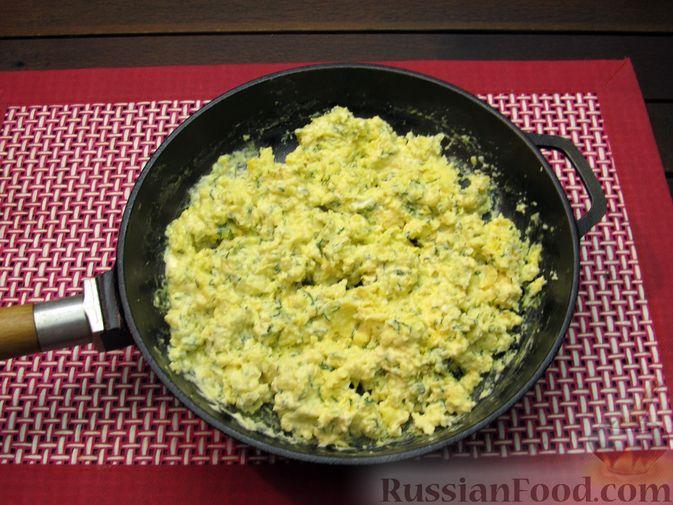 Фото приготовления рецепта: Яичница-болтунья со сливочным сыром, укропом и чесноком - шаг №11