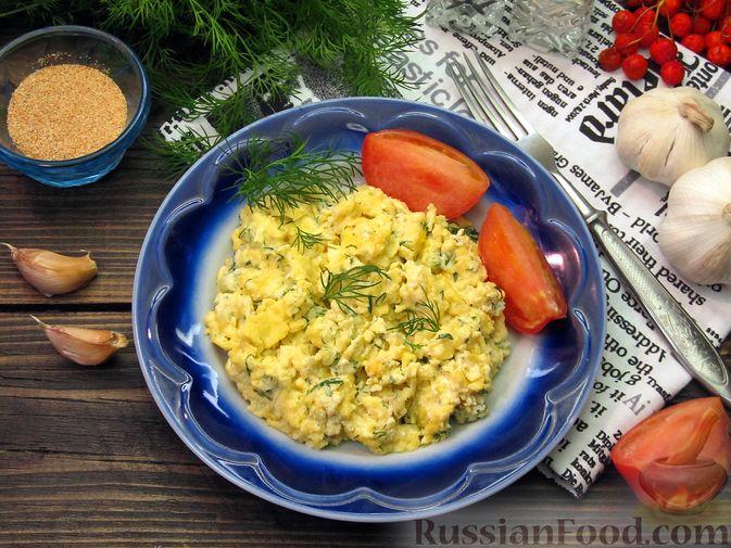 Фото приготовления рецепта: Яичница-болтунья со сливочным сыром, укропом и чесноком - шаг №12
