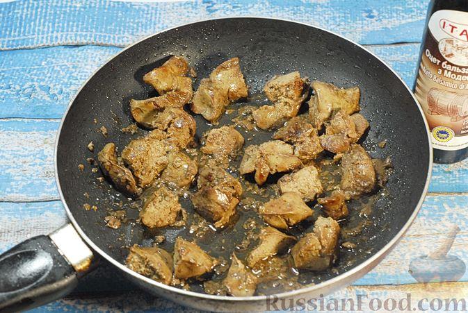 Фото приготовления рецепта: Террин из куриной печени с хурмой и виски - шаг №5