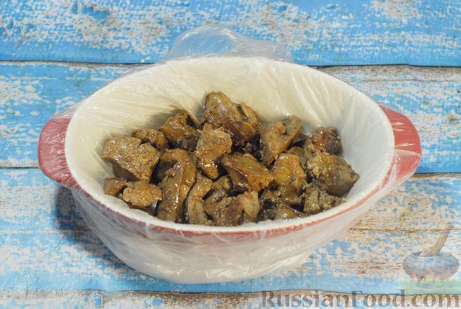 Фото приготовления рецепта: Террин из куриной печени с хурмой и виски - шаг №8