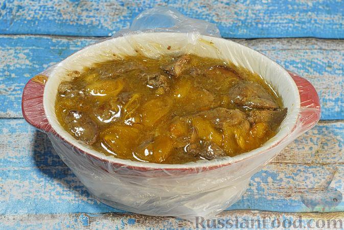 Фото приготовления рецепта: Террин из куриной печени с хурмой и виски - шаг №9