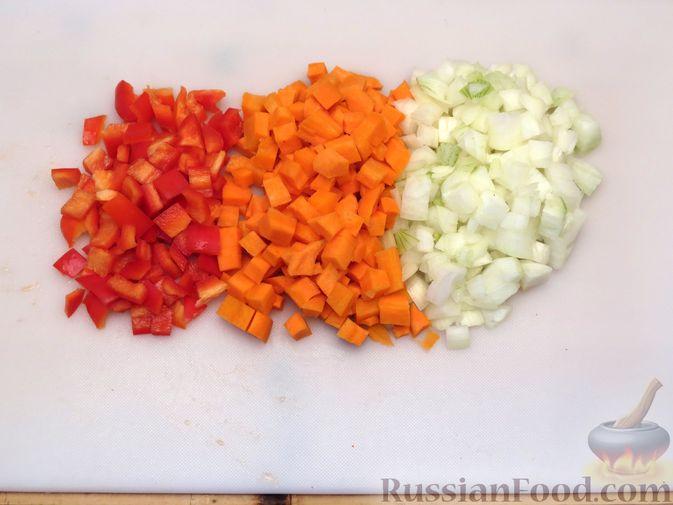 Фото приготовления рецепта: Чечевица с копчёными рёбрышками и овощами (на сковороде) - шаг №2