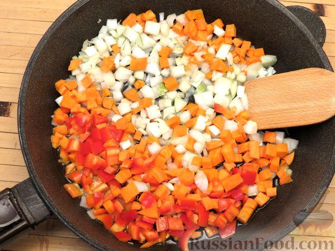 Фото приготовления рецепта: Чечевица с копчёными рёбрышками и овощами (на сковороде) - шаг №3