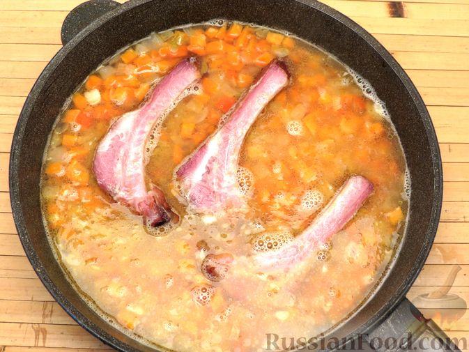 Фото приготовления рецепта: Чечевица с копчёными рёбрышками и овощами (на сковороде) - шаг №7