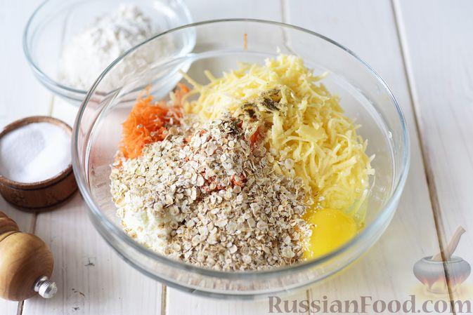 Фото приготовления рецепта: Творожные сырники с овсянкой, морковью и сыром - шаг №4