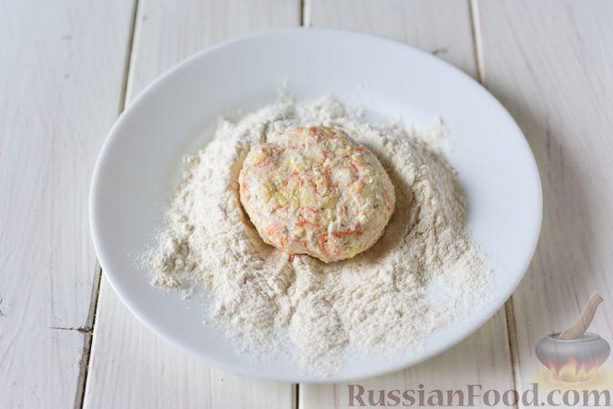 Фото приготовления рецепта: Творожные сырники с овсянкой, морковью и сыром - шаг №6